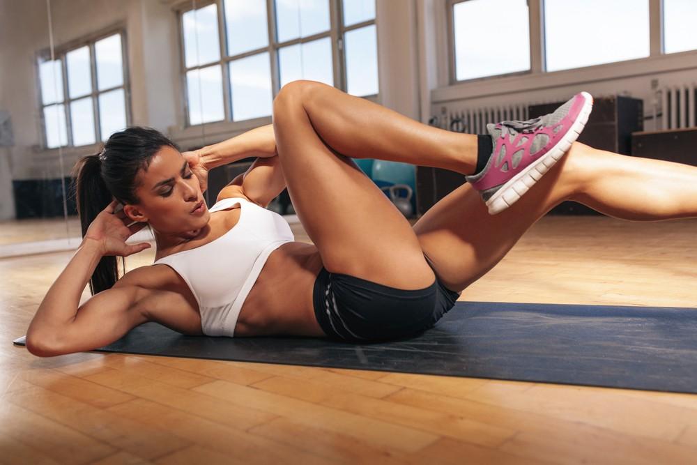Качаем пресс дома: 7 упражнений с собственным весом